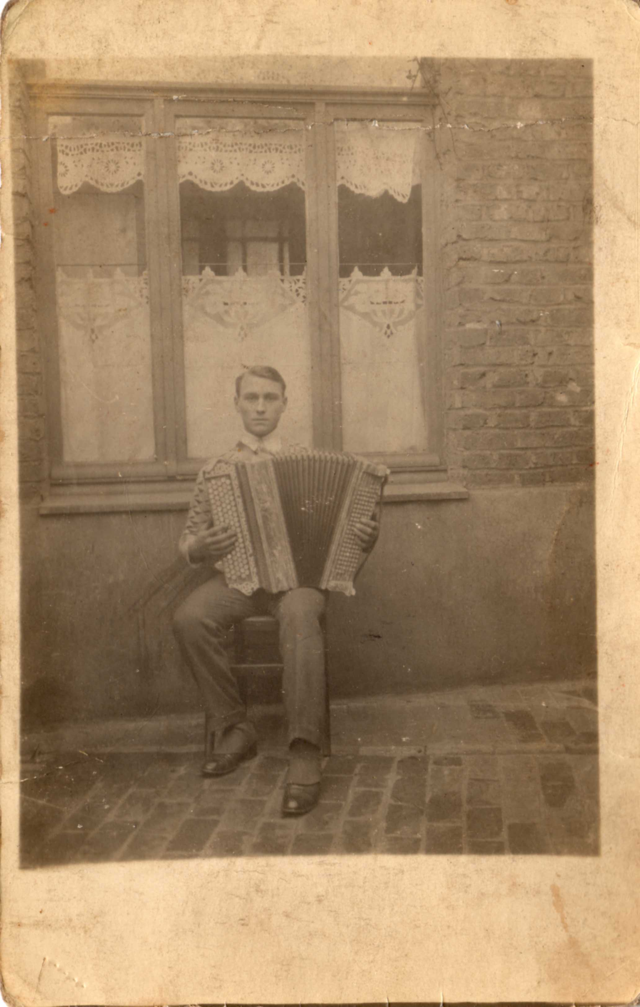 photo de Kleber Fievet à 19 ans avec son accordéon